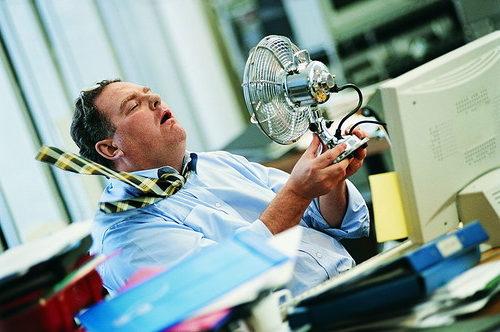 Мужчина с вентилятором