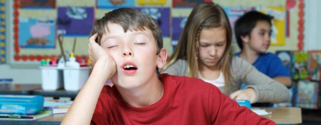 Уставший ребенок в школе